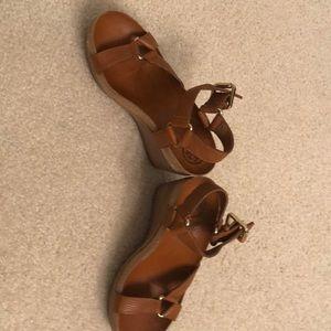 Tory Burch tan leather platform sandals size.